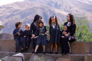 金卡戴珊携4娃穿亲子装真养眼紧身包臀裙配银饰化身异域美少女